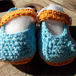 crochet baby shoes cotton/acrylic with vintage buttons. 9-10cm foot