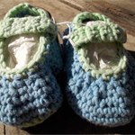 crochet baby shoes cotton/acrylic with vintage buttons. 10-11cm foot