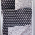 Reversible cot quilt with Monochrome black/white arrows